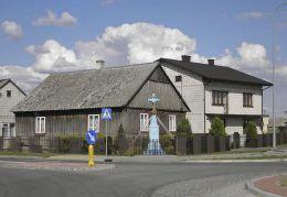 Przydrożny krzyż kamienny stojący w centrum wsi. Łępin,gmina Stara Błotnica, powiat białobrzeski.