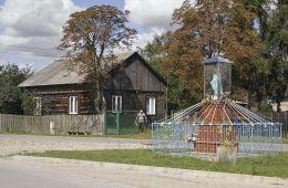 Przydrożna kapliczka murowana z oszkloną gablotą mieszcząca figurę Matki Boskiej. Stary Kadłubek, gmina Stara Błotnica, powiat białobrzeski.