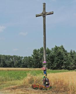 Przydrożny krzyż drewniany. Grotki, gmina Radzanów, powiat białobrzeski.