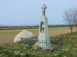 Przydrożny krzyż kamienny z 1937r. Fundatorzy Piotr i Helena Solarscy. Pacew, gmina Promna, powiat białobrzeski.