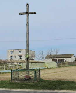 Wysoki przydrożny krzyż drewniany. Pacew, gmina Promna, powiat białobrzeski.