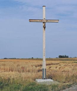 Drewniany krzyż przydrożny stojący na skraju wsi. Tursk, gmina Stara Błotnica, powiat białobrzeski.