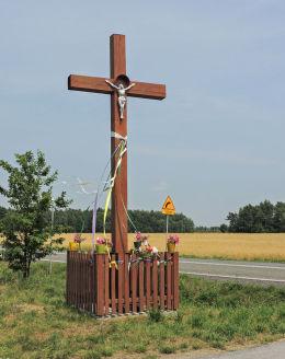 Przydrożny krzyż drewniany. Wojciechów, gmina Wyśmierzyce, powiat białobrzeski.