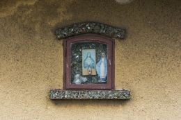 Kapliczka na ścianie budynku przy ulicy Płońskiej. Ciechanów, powiat ciechanowski.