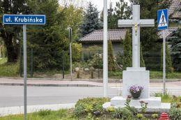 Krzyż przydrożny w dzielnicy Krubin. Ciechanów, powiat ciechanowski.