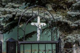 Krzyż przydrożny na bramie furtki domu przy ulicy Wojska Polskiego. Ciechanów, powiat ciechanowski.