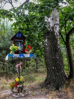 Drewniana kapliczka na słupku. Maruna Mokra, gmina Jaktorów, powiat grodziski.