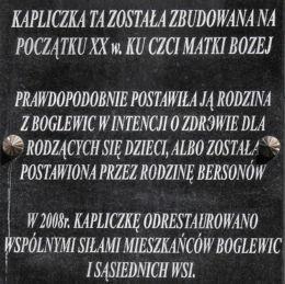 Tablica z inscripcją na przydrożnej kapliczce. Boglewice, gmina Jasieniec, powiat grójecki.