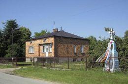 Przydrożny krzyż kamienny. Piotrkowice, gmina Kozienice, powiat kozienicki.