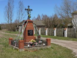 Krzyż przydrożny metalowy na murowanym postumencie z 2004 r. Bąkowiec, gmina Garbatka-Letnisko, powiat kozienicki.