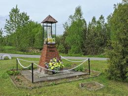 Przydrożna kapliczka oszklona z figurą św. Maryi z 1996 r. Cecylówka, gmina Głowaczów, powiat kozienicki.