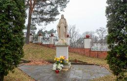 Figura Matki Bożej Królowej Polski przy kościele św. Jana Kantego z 1956 r. Legionowo, powiat legionowski.