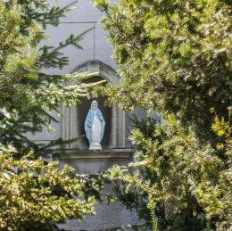 Kapliczka wnękowa w fasadzie domu przy ulicy Stefana Żeromskiego 5. Legionowo, powiat legionowski.
