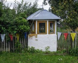Przydrożna kapliczka domkowa drewniana. Borsuki, gmina Sarnaki, powiat łosicki.