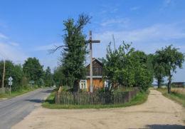 Przydrożny krzyż drewniany stojący na rozstaju dróg. Klepaczew, gmina Sarnaki, powiat łosicki.