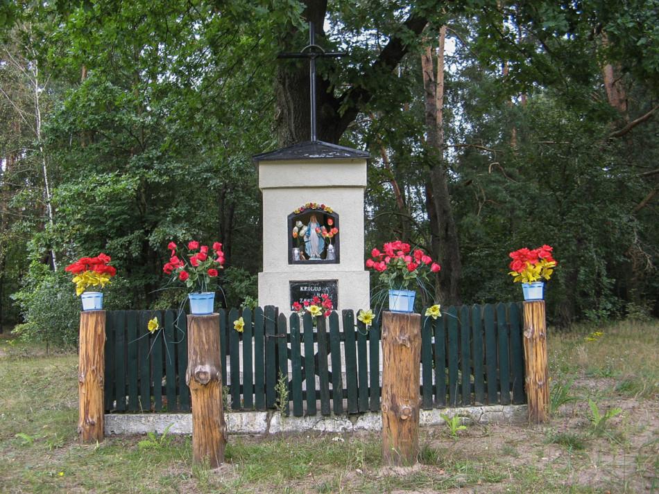 Kapliczka przydrożna z 1964 r. Janówek, gmina Czosnów, powiat nowodworski.