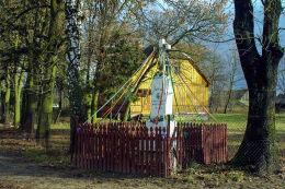 Przydrożny krzyż kamienny z 1928 r. Rząśnik Lubotyński, gmina Stary Lubotyń, powiat ostrowski.