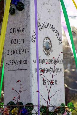 Przydrożny krzyż kamienny z 1928 r. Ofiara dzieci szkoły podstawowej w Rząśniku na pamiątkę dziesięciolecia niepodległości Polski. Rząśnik Lubotyński, gmina Stary Lubotyń, powiat ostrowski.