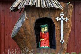 Kapliczka kłodowa w kształcie barci z Chrystusem Frasobliwym. Rząśnik Lubotyński, gmina Stary Lubotyń, powiat ostrowski.
