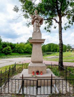 Przydrożna figura św. Jana Nepomucena nad Jeziorką przy ulicy Warszawskiej. Konstancin-Jeziorna, powiat piaseczyński.