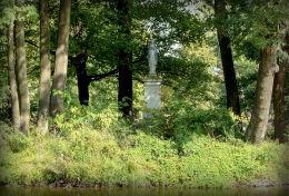 Przydrożna kapliczka kolumnowa z figurą Matki Boskiej na wyspie. Pruszków, powiat pruszkowski.