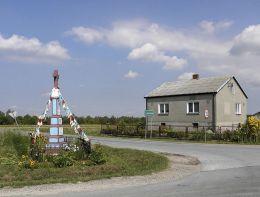 Przydrożna kapliczka na skraju wsi. Janików, gmina Przysucha, powiat przysuski.