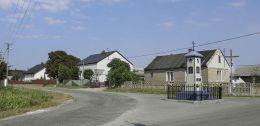 Przydrożna kapliczka stojąca na rozstaju dróg. Zagórze, gmina Wieniawa, powiat przysuski.