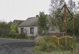 Drewniany krzyż przydrożny. Zadąbrów, gmina Wieniawa, powiat przysuski.