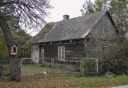 Przydrożna drewniana kapliczka skrzynkowa na drzewie. Pogroszyn, gmina Wieniawa, powiat przysuski.
