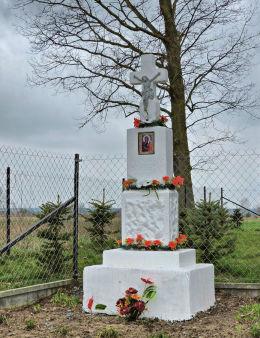 Kamienny krzyż przydrożny z kapliczką z 1936 r. Brudnów, gmina Wieniawa, powiat przysuski.