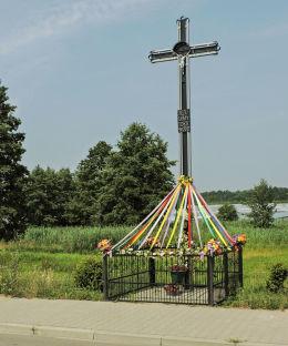 Krzyż przydrożny z 2012 r. Kłudno, gmina Klwów, powiat przysuski.