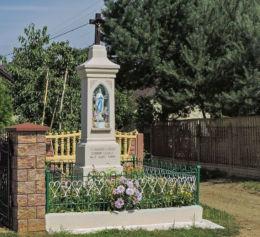 Przydrożna kapliczka stojąca w centrum wsi. Łęgonice Małe, gmina Odrzywół, powiat przysuski.
