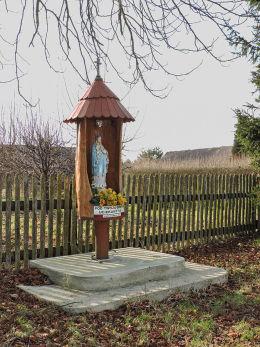 Przydrożna drewniana kapliczka na słupku. Pogroszyn, gmina Wieniawa, powiat przysuski.
