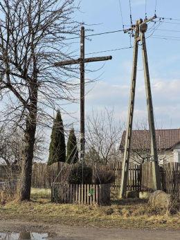 Krzyż przydrożny drewniany. Pogroszyn, gmina Wieniawa, powiat przysuski.