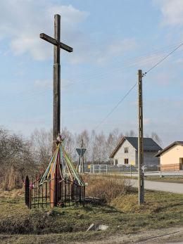 Krzyż przydrożny drewniany. Ryków, gmina Wieniawa, powiat przysuski.