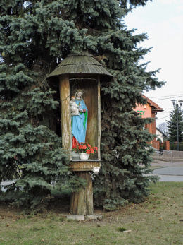 Przydrożna drewniana kapliczka na słupku. Wieniawa, powiat przysuski.