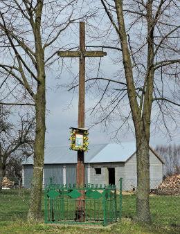 Krzyż przydrożny drewniany z kapliczką. Wola Bródnowska, gmina Wieniawa, powiat przysuski.