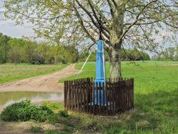 Przydrożny krzyż stojący na rozstaju dróg. Żuków, gmina Wieniawa, powiat przysuski.
