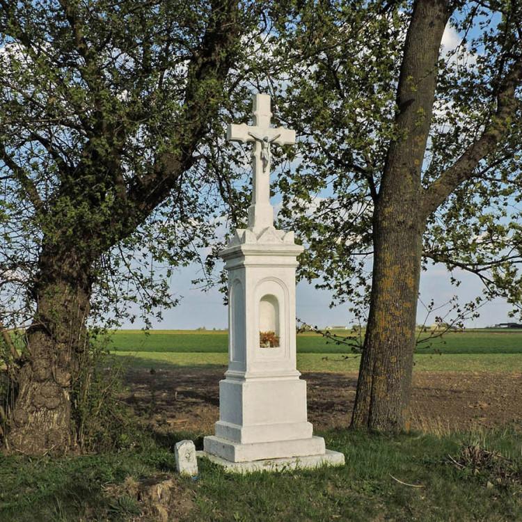Przydrożna kapliczka z krzyżem. Wierzbica, powiat radomski.