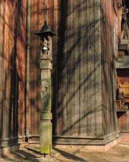 Drewnian kapliczka słupowa z figurą św. Jana Nepomucena. Bardzice, Gmina Kowala, powiat radomski.