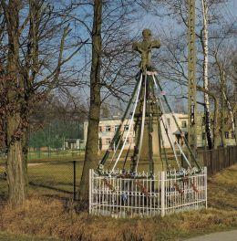 Kamienny krzyż przydrożny. Bardzice, Gmina Kowala, powiat radomski.