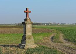 Krzyż przy polnej drodze.  Fundacja kol. Bardzice i wójta gminy Aleksandra, 1931 r. Bardzice, Gmina Kowala, powiat radomski.