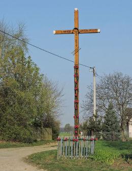 Krzyż przydrożny, drewniany z 1999 roku. Jezu ufamy tobie. Bukowiec, gmina Kowala, powiat radomski.