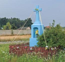 Przydrożny krzyż kamienny stojący przy drodze nr 737. Jedlnia-Kolonia, gmina Pionk, powiat radomski.