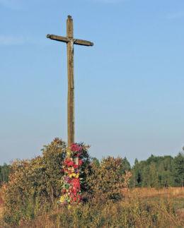 Krzyż przy drodze do Dąbrowy Kozłowskiej. Kozłów, gmina Jastrzębia, powiat radomski.