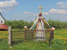 Przydrożna kapliczka z krzyżem. Maksymilianów, gmina Przytyk, powiat radomski.