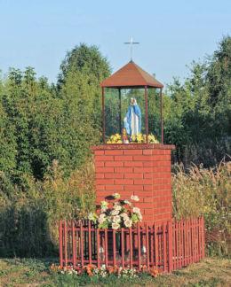 Kapliczka przydrożna przy ulicy Makowskiej. Małęczyn, gmina Gózd, powiat radomski.