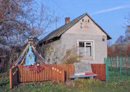 Krzyż przydrożny z 1928 r. i tablica upamiętniająca partyzantów AK zamordowanych w 1944 r. przez hitlerowców. Młódnice, gmina Przytyk, powiat radomski.