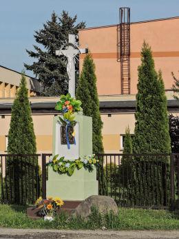 Przydrożna kapliczka z krzyżem. Parznice, gmina Kowala, powiat radomski.