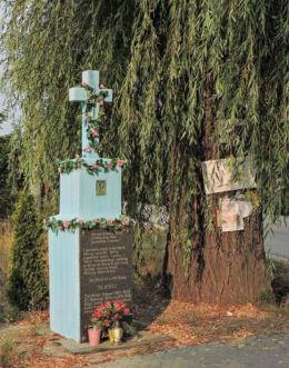 Krzyż przydrożny w centrum wsi. Trablice, gmina Kowala, powiat radomski.